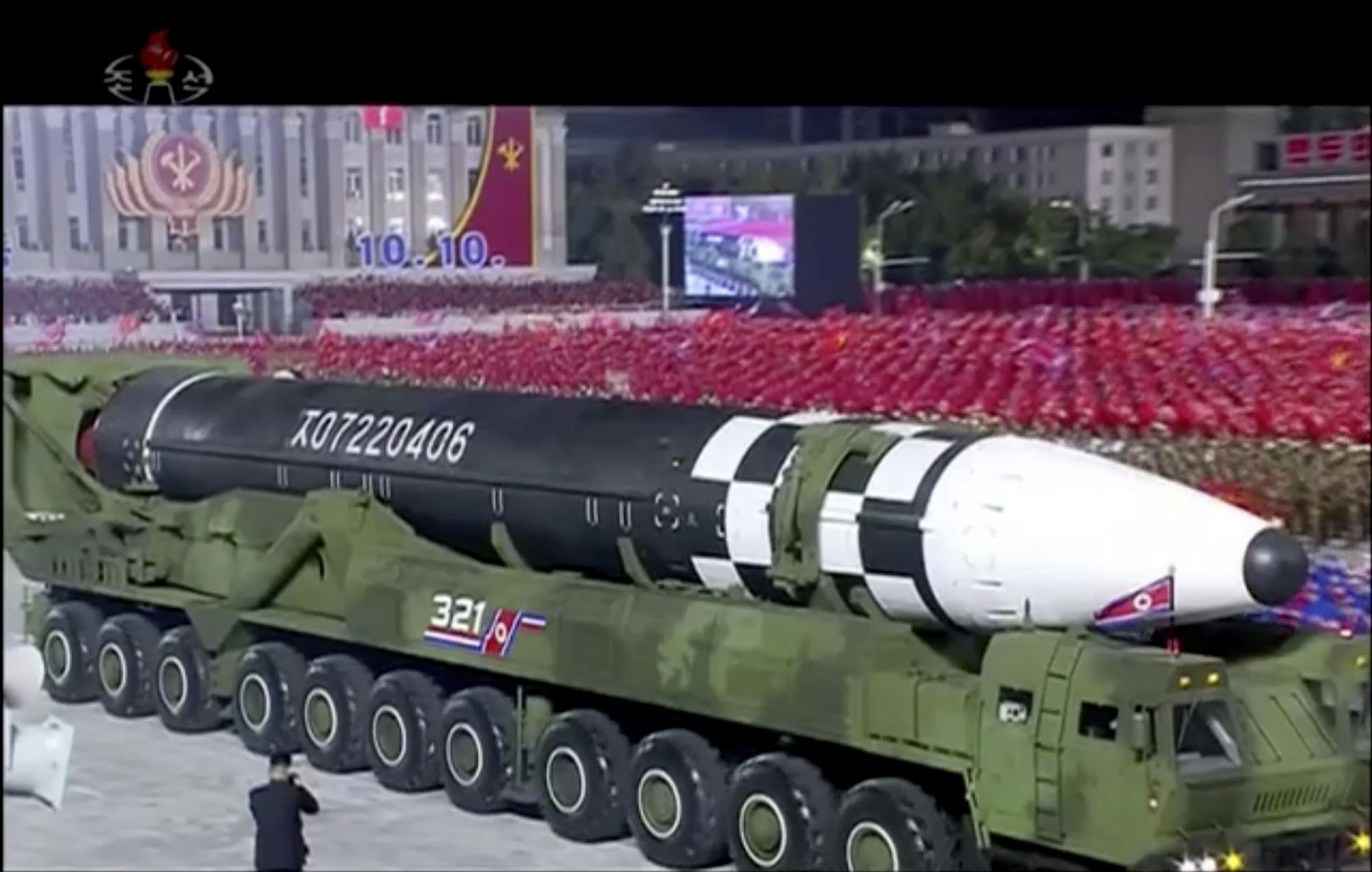 ο Κιμ Γιονγκ Ουν κι ο νέος διηπειρωτικός βαλλιστικός πύραυλος της Βόρειας Κορέας