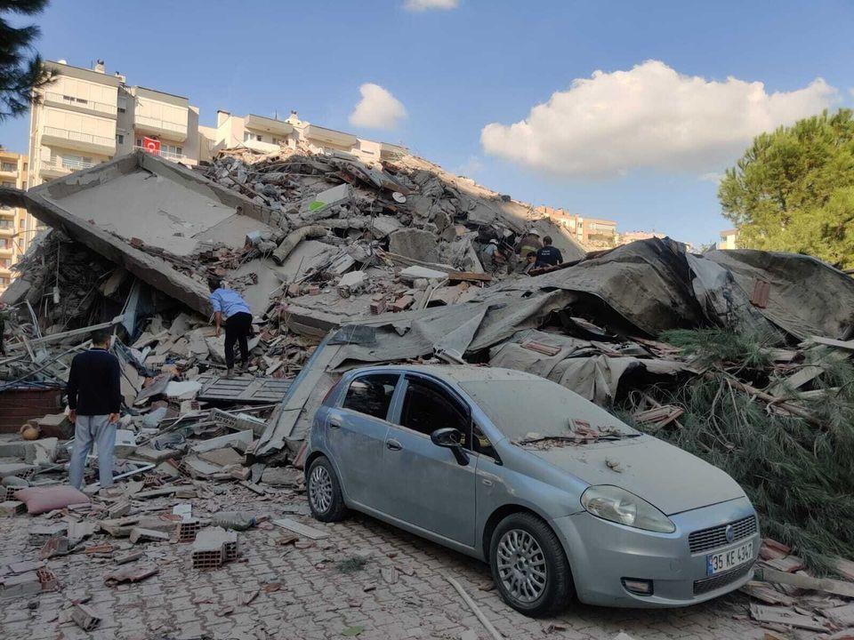 Εικόνες καταστροφής στη Σμύρνη: Καταρρεύσεις πολυώροφων
