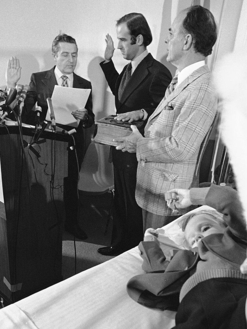Ο Τζο Μπάιντεν ορκίζεται γερουσιαστής δίπλα στο γιο του έναν μήνα μετά το δυστύχημα της συζύγου του