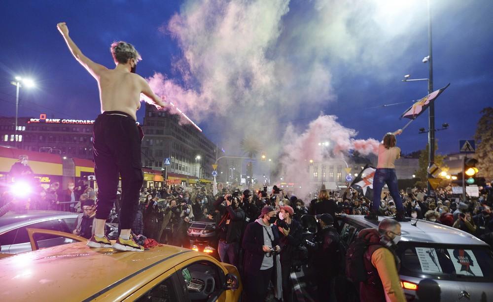 Χιλιάδες διαδηλωτές υπέρ του δικαιώματος στην άμβλωση έκλεισαν δρόμους σε πόλεις της Πολωνίας