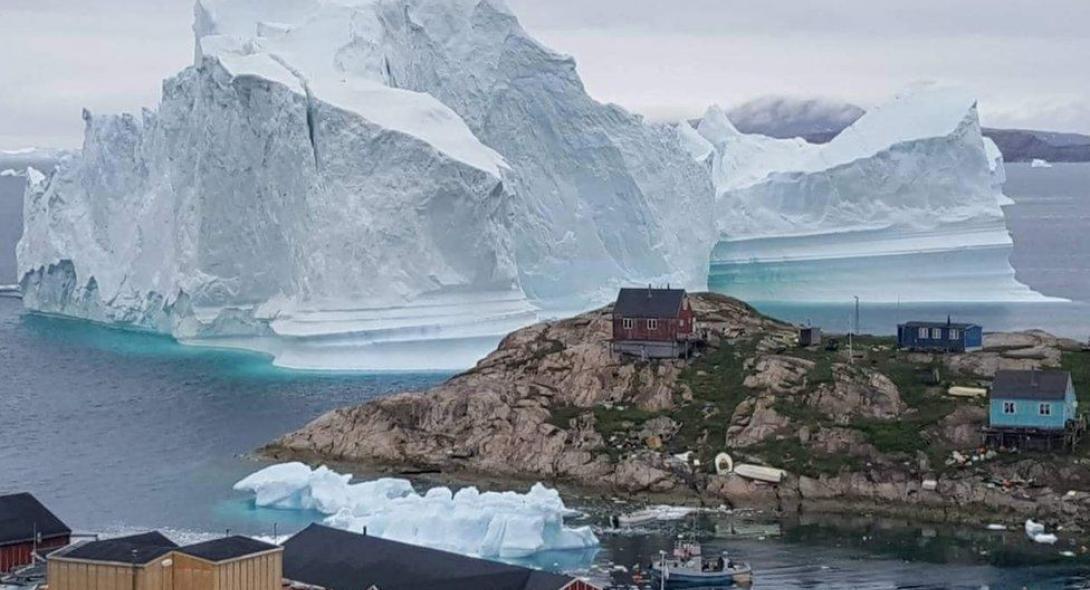 Τεράστιο παγόβουνο απειλεί χωριό στη Γροιλανδία | Reader.gr