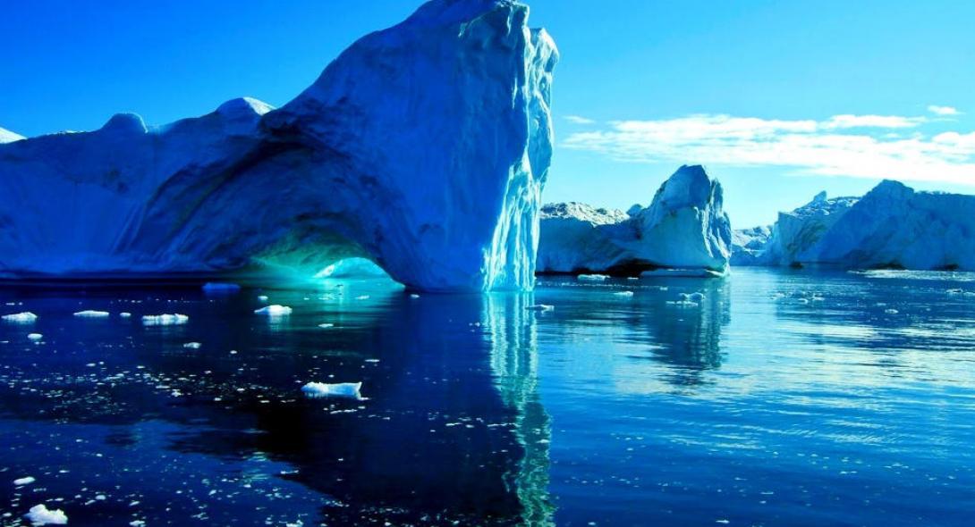 Ανησυχούν οι επιστήμονες: Οι πάγοι της Γροιλανδίας λιώνουν τέσσερις φορές πιο γρήγορα σήμερα από το 2003 | Reader.gr
