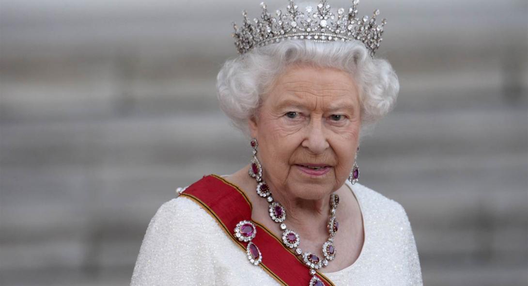 Η βασίλισσα Ελισάβετ ιππεύει αγέρωχη στο Κάστρο του Ουίνδσορ (pics) | Reader .gr
