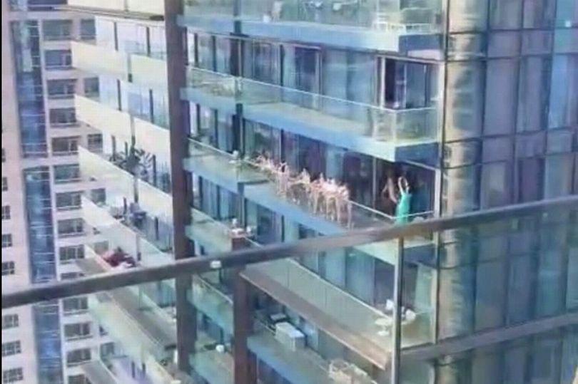 Γυναίκες γυμνές στο μπαλκόνι